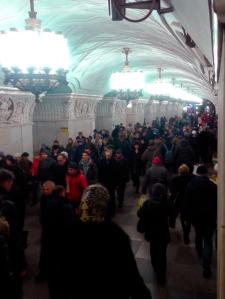 mucha gente en el metro