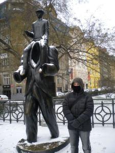 En el monumento a Kafka